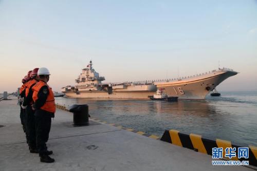 1月26日晨曦,辽宁舰解缆起航赴南海进行试验训练。逄忠平 摄