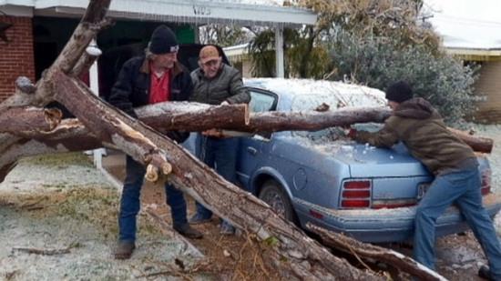 暴风雪袭击美国民众为过感恩节提前数天赶飞机