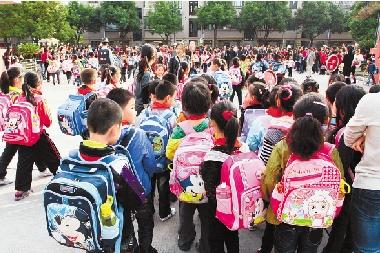 嘉善县第二实验小学放学时人头攒动的场景。孩子放学后去哪儿,是社会管理的一大难点。 胡凌翔 摄
