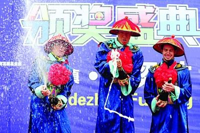 前三名球员穿清朝官服喷香槟。 osports供图
