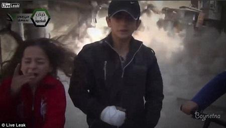 一枚炮弹在孩子们身后爆炸