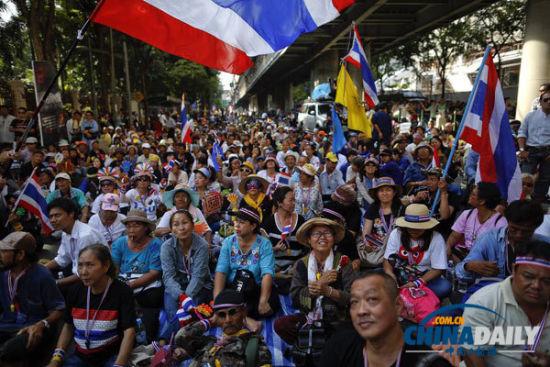 11月28日,泰国民众在泰国国家警察总部外的道路上举行示威。