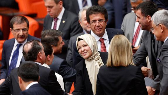 土耳其4名女议员戴头巾出席会议 打破90年惯例