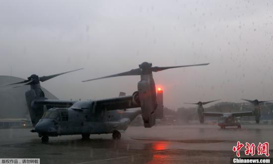 当地时间11月13日,菲律宾马尼拉,美国海军陆战队飞机在进行补给,赴塔克洛班市参与救灾。