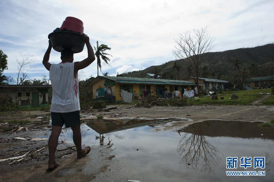 (国际)(8)菲律宾台风重灾区塔克洛班市民渴望救助