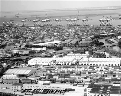 题图为地处中国(上海)自由贸易试验区内的外高桥保税区码头远眺。 新华社记者 陈 飞摄