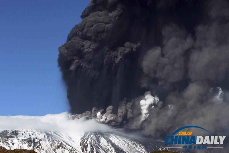 意大利火山再次喷发遮天蔽日