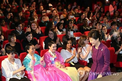 朴槿惠出席法国韩剧派对当地民众热情高涨(图)