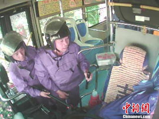 公交司机因车速慢被打打人者自称是警察报警没用