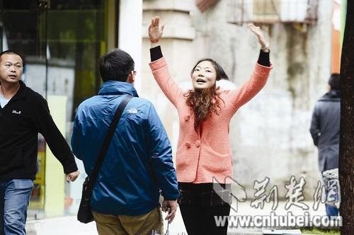 """女大学生街头搭讪求午餐称要""""突破自我""""(图)"""
