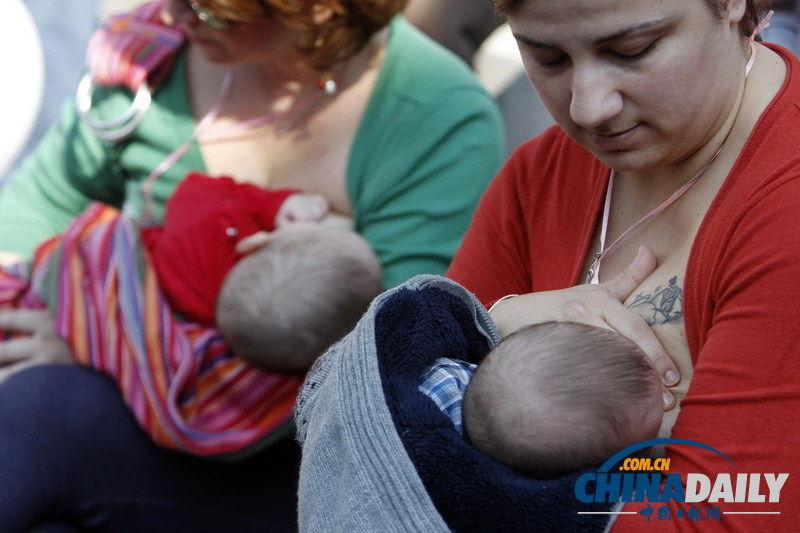 当地时间2013年11月3日,希腊塞萨洛尼基,母亲们当中母乳喂养婴儿庆祝世界世界母乳喂养周,约550名母亲同时在希腊39个城市参与了该庆祝活动。