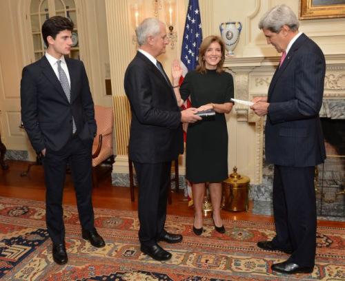 肯尼迪女儿宣誓就任驻日大使帅气儿子成功抢镜