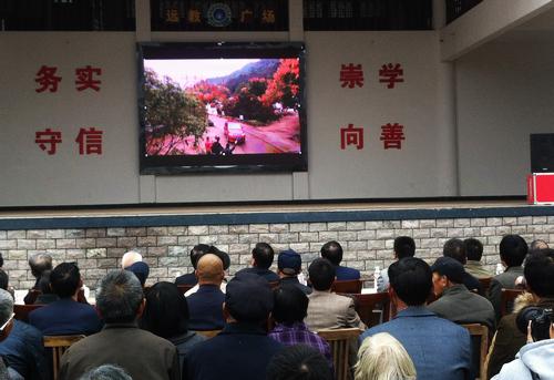 随着剧情深入,村民被电影深深吸引。