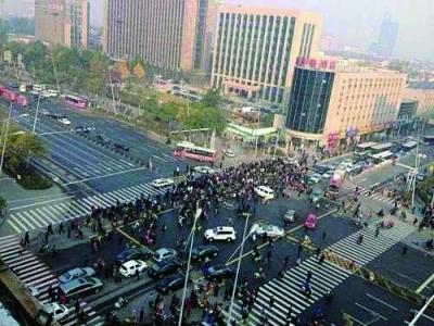 爆炸发生后,大量市民聚集在现场 新华社发