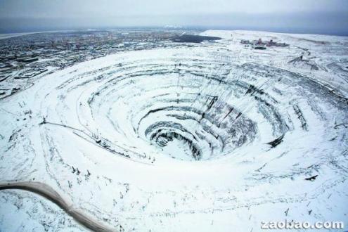钻石矿坑被白雪覆盖如遭陨石撞击蔚为奇景(图)
