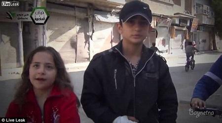 几名叙利亚小朋友正在接受采访