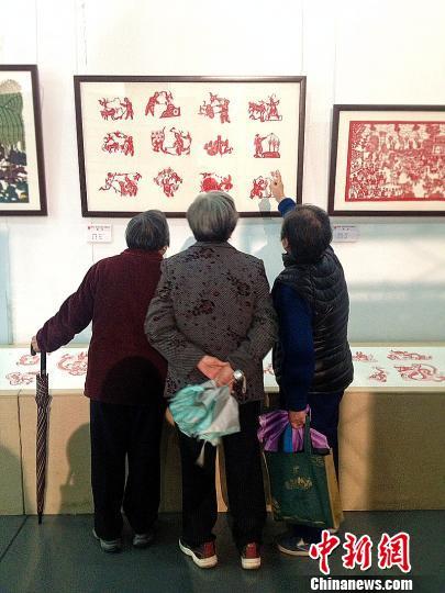 桐庐市民在参观剪纸作品展。 肖娜 摄