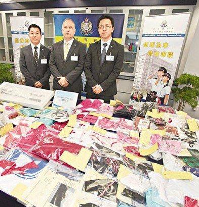 """香港警方展示在""""海图""""行动中检获的大批成人情趣用品。来源:香港《文汇报》"""