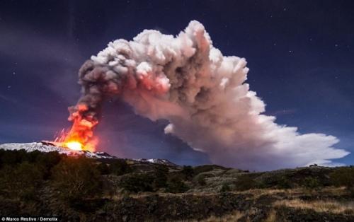 火山喷吐高入云霄的灰柱。
