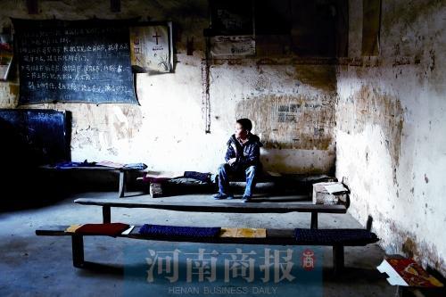 放学回家,小洲帮妈妈做完家务后,就会坐在房子里发呆,他已经两年没有见过父亲了