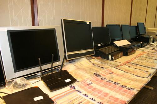 警方检获的电脑等证物。香港《大公报》图