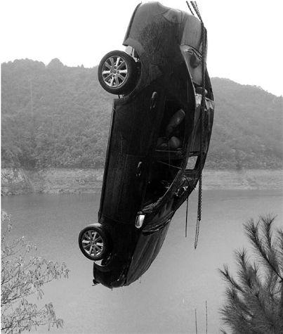 浦江警方水库里捞起轿车 已落水多月车牌被拆