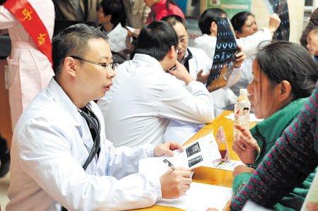 义诊现场,专家在为乳腺病患者做耐心细致的讲解。何君摄
