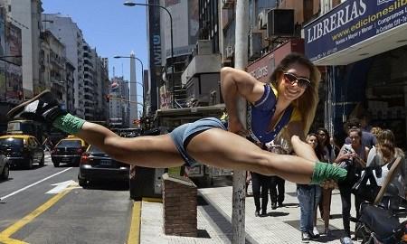 """""""南美钢管舞小姐锦标赛""""日前在阿根廷首都布宜诺斯艾利斯落下帷幕。比赛前夕,参赛者们在布宜诺斯艾利斯街头展现舞技。"""