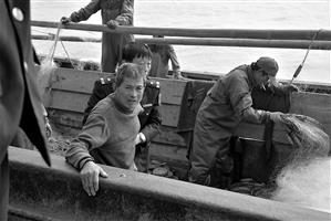 舟山一渔船海上沉没 落水者终被过路渔船救起