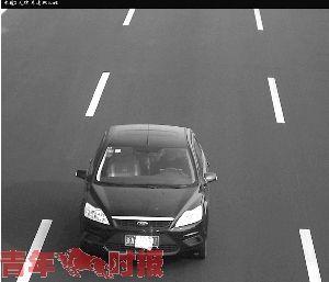 通过监控画面可以清楚地看到驾驶员和方向盘之间有一台笔记本电脑。