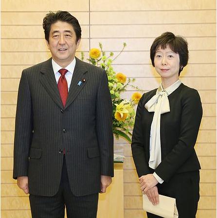 安倍在官邸授予首位女性首相秘书官任命书(图)
