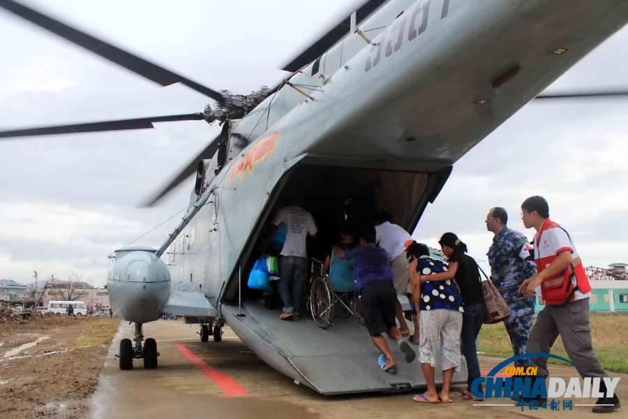 菲律宾伤病员乘直升机前往和平方舟号