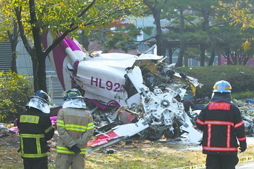 图为直升机坠毁后的残骸。