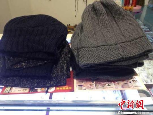 爱心人士为孤寡老人织的冬帽。 朱丽丽 摄