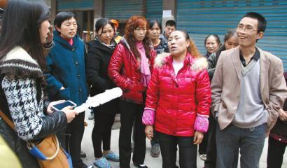 现场目击者向记者介绍情况。