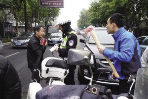 交警对起亚车司机进行处罚