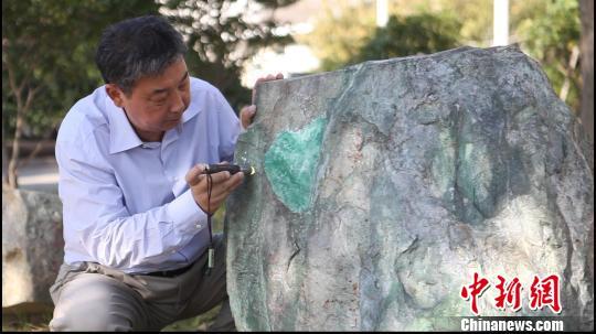 图为正在进行雕琢的翡翠原石。 江耘 摄