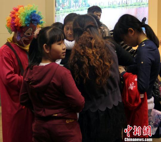 展位厂商用小丑发气球的方式来吸引观众。 林波 摄