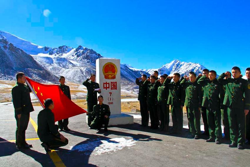 11月11日,退伍老兵面对国旗界碑庄严宣誓。