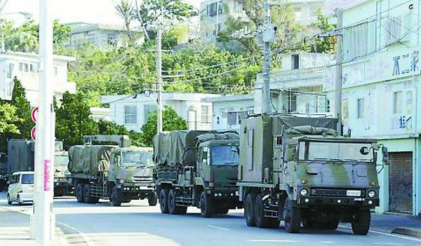 原文配图:6日上午,日本陆上自卫队88式地对舰导弹运抵冲绳县宫古岛。