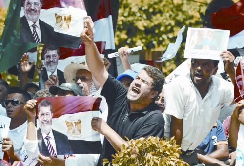 埃及检方13日宣布对前总统穆尔西展开多项犯罪指控调查。图为突尼斯示威者声援穆尔西。