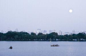 昨天傍晚5点半,天未暗,月已亮。记者 胡聪 摄