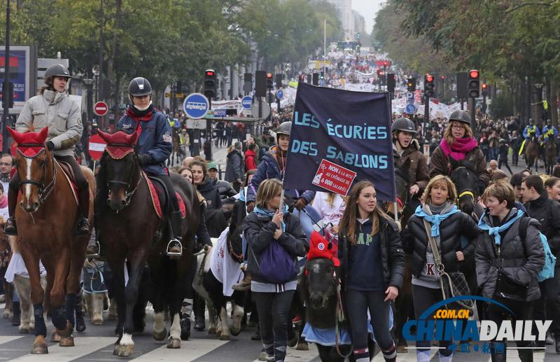 法国民众骑马上街抗议增加营业税