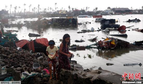 """当地时间11月10日,菲律宾塔克洛班市,超强台风""""海燕""""重创菲律宾,废墟漂浮在河面上。"""