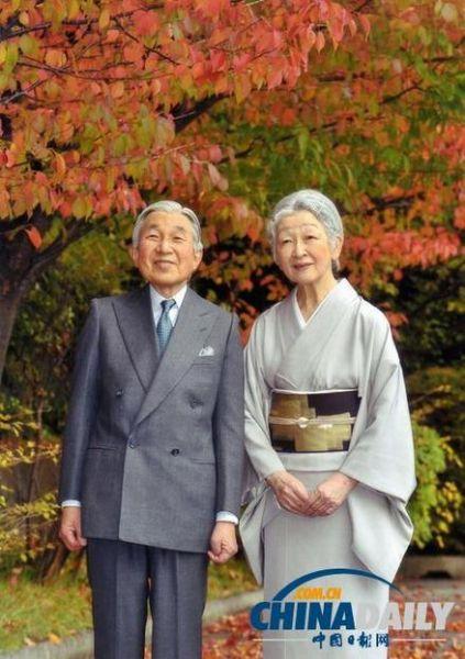 去年11月,天皇夫妇在皇宫内观赏红叶。(资料图)