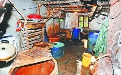 无证豆腐作坊内卫生环境十分恶劣。记者何晓刚 摄