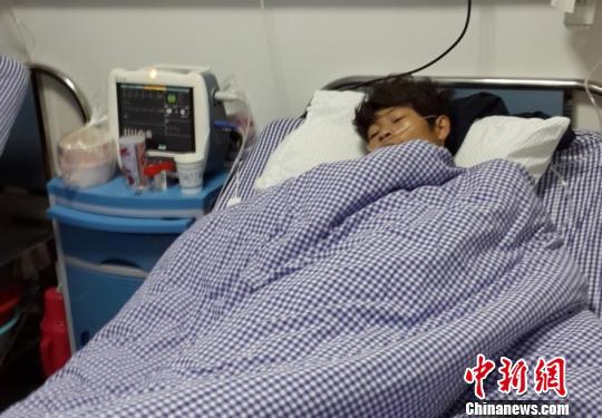 伤者在医院救治。 高崇 摄