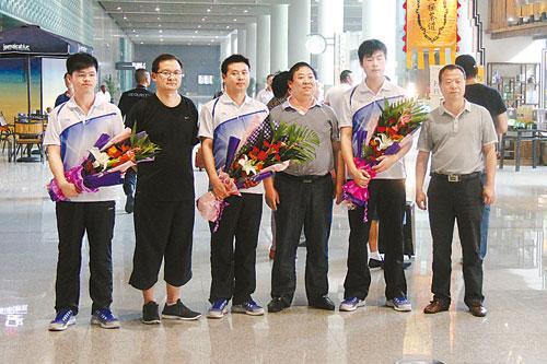 副县长叶庆春(左四)等人在咸阳国际机场跟学生合影。柯尊年提供