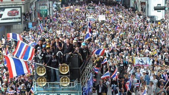 曼谷反政府游行队伍人数过万。