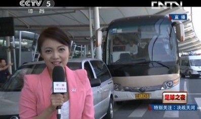 央视女记者低胸出镜